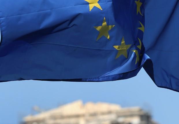 Bandeira da União Europeia tremula diante do Parthenon, no topo da Acrópolis em Atenas, na Grécia. O governo da Grécia tem poucas horas para fechar acordo com seus credores na zona do euro (Foto: Christopher Furlong/Getty Images)