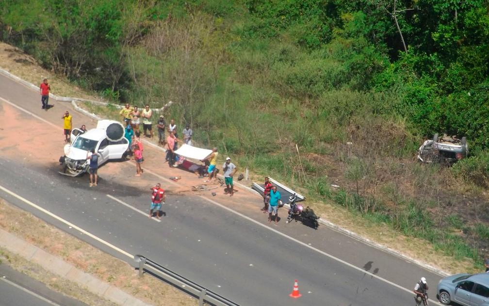 Acidente ocorreu em trecho da BA-099, em Praia do Forte, na Bahia (Foto: Divulgação / SSP)