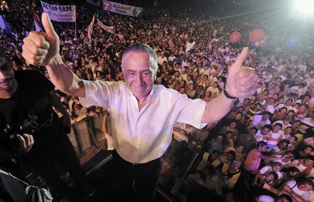 Imagem do dia 13 de janeiro mostra o candidato paraguaio Lino Oviedo durante campanha presidencial em Luque (Foto: Norberto Duarte)