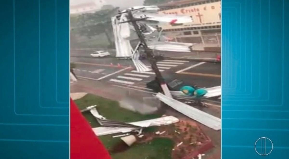 Tempestade com ventos de até 80 km/h arranca mais de 100 árvores e destelha casas em Maricá, no RJ; vídeo