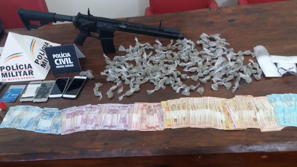 Policiais apreendem R$ 4 mil, buchas de maconha, réplica de fuzil e eletrônicos em operação de combate ao tráfico em Curvelo
