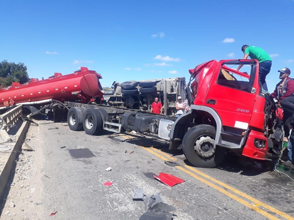 Caminhão-tanque colidiu com carreta na CE-371. (Foto: Reprodução/TVM)