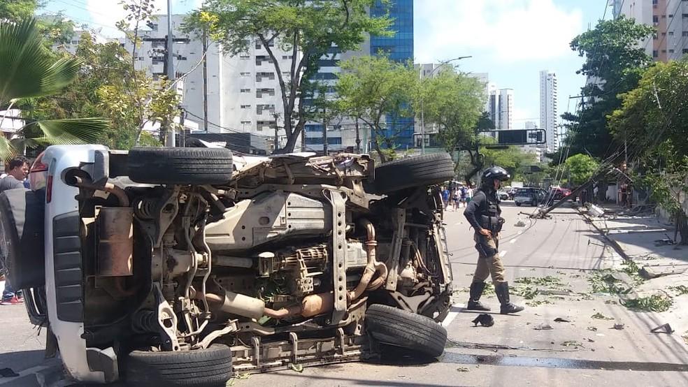 Carro capotou em Boa Viagem, na Zona Sul do Recife, após colidir com poste — Foto: Luna Markman/TV Globo