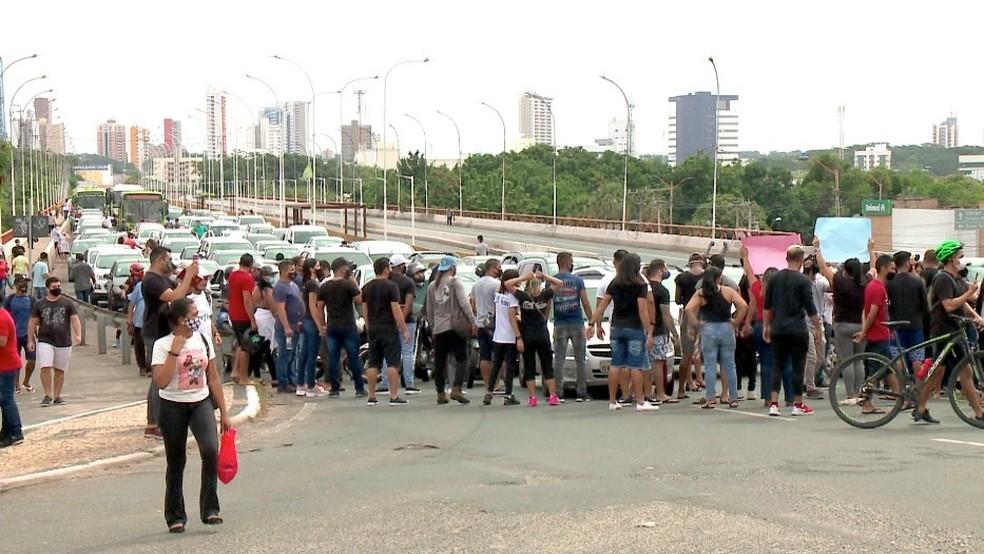 Artistas protestam contra restrições no PI e fecham cruzamentos na Av. Frei Serafim — Foto: Reprodução/TV Clube