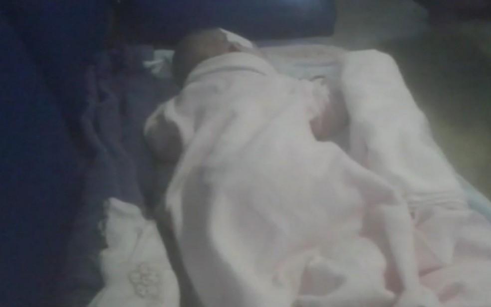 Bebê internado em cadeira, de forma improvisada, no HMI, em Goiânia — Foto: Reprodução/TV Anhanguera