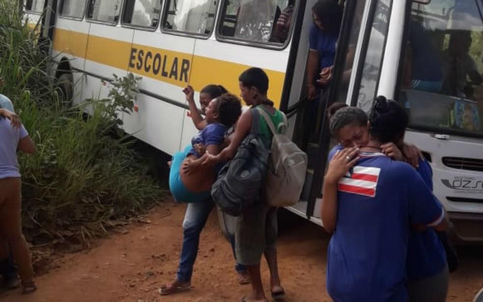 Aluna grávida precisou ser carregada após motorista de ônibus escolar bate em árvore na Bahia — Foto: Arquivo pessoal