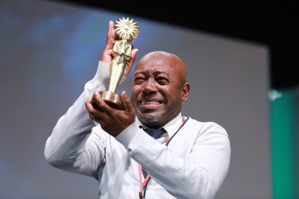 Nando Cunha chorou ao receber o troféu (Foto: Diego Vara / Pressphoto)