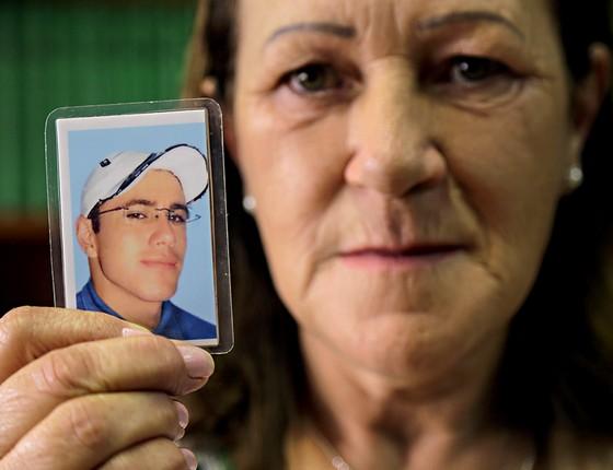DOR Vera de Almeida, mãe de Carlos Murilo, decidiu aguardar a Justiça em silêncio (Foto: Foto: Joel Rocha)