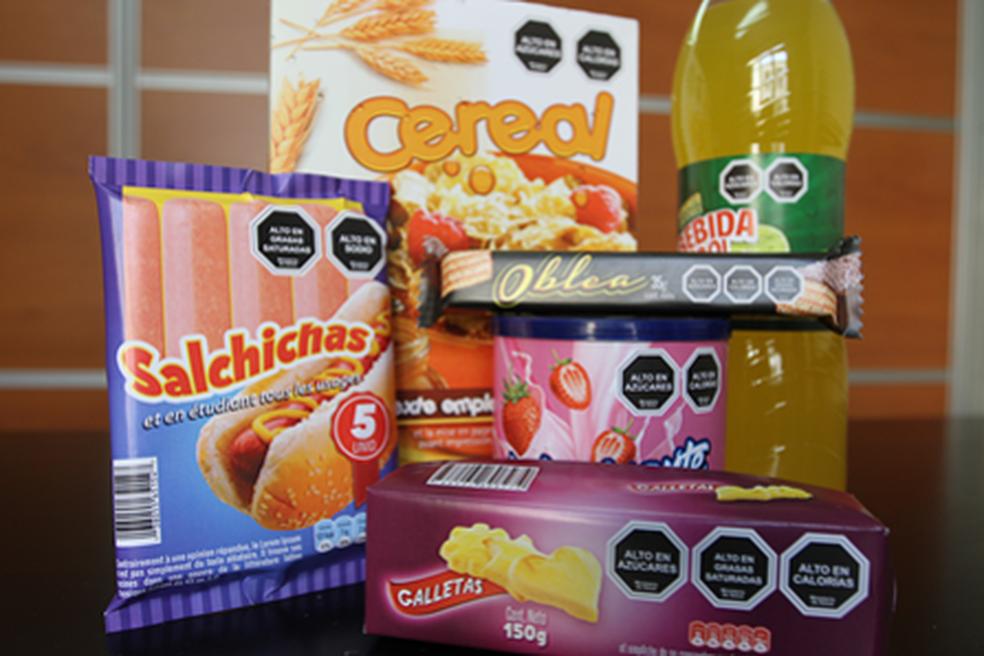 Como ficam posicionados os selos nas embalagens dos produtos no Chile (Foto: Ministério da Saúde do Chile)