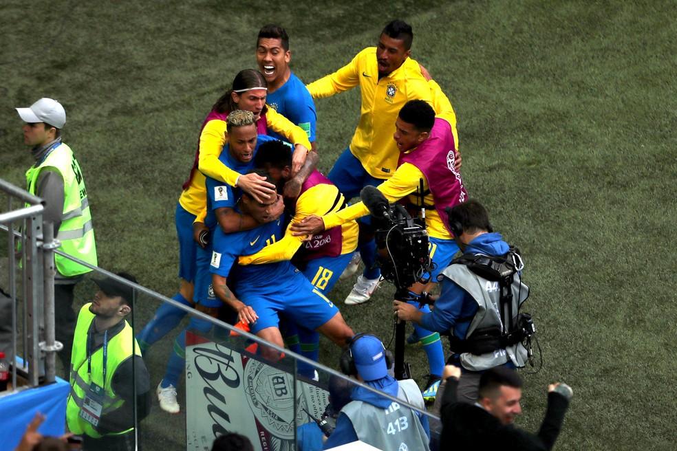 Jogadores comemoram o gol de Philippe Coutinho (Foto: REUTERS/Lee Smith)