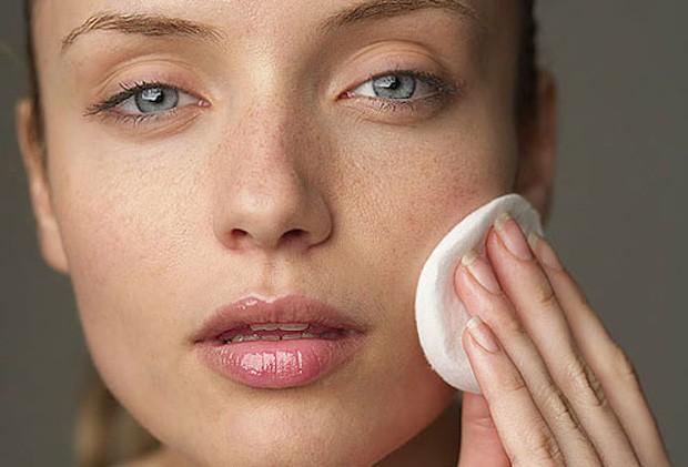 Demaquilar e tonificar a pele são essenciais (Foto: Reprodução / Instagram)