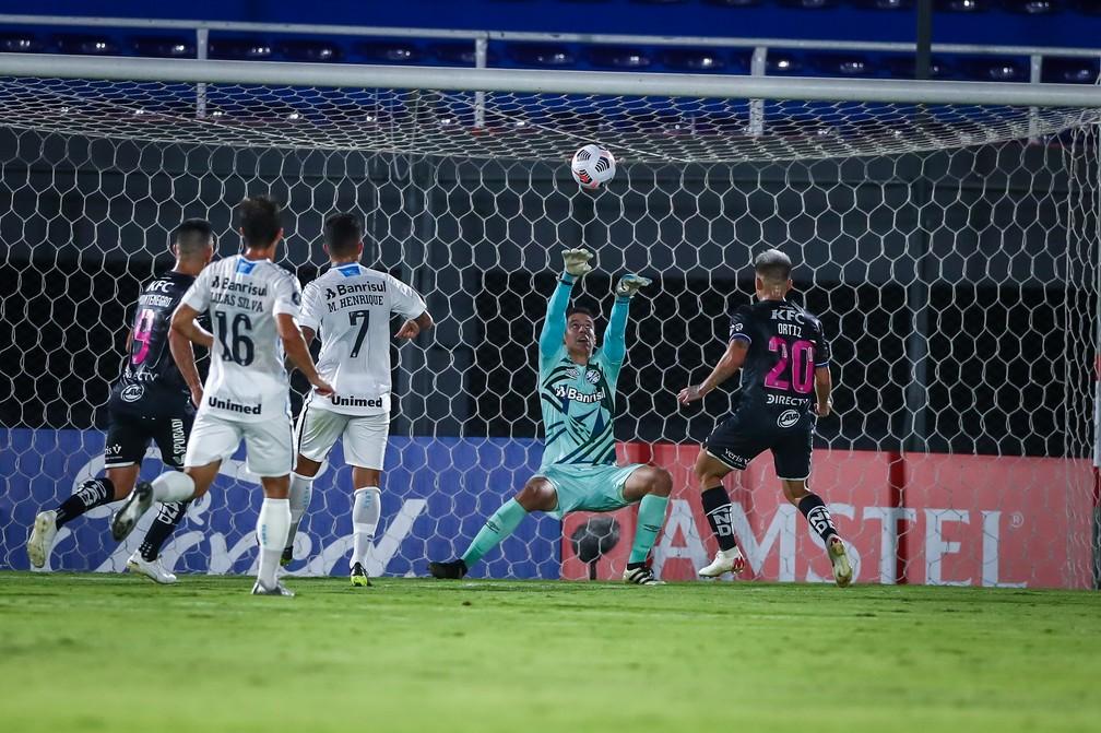 Brenno, do Grêmio, evita gol de Ortiz, do Independiente del Valle, pela Libertadores — Foto: Lucas Uebel/DVG/Grêmio
