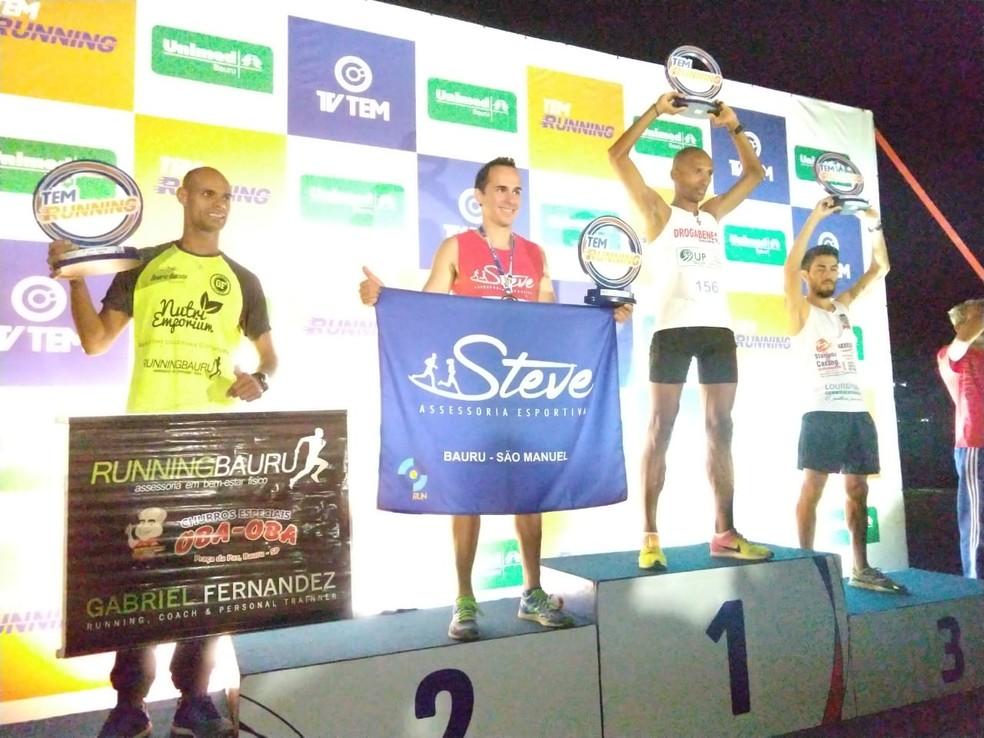 Vencedores na distância dos 5 km masculino no pódio (Foto: Sérgio Pais)