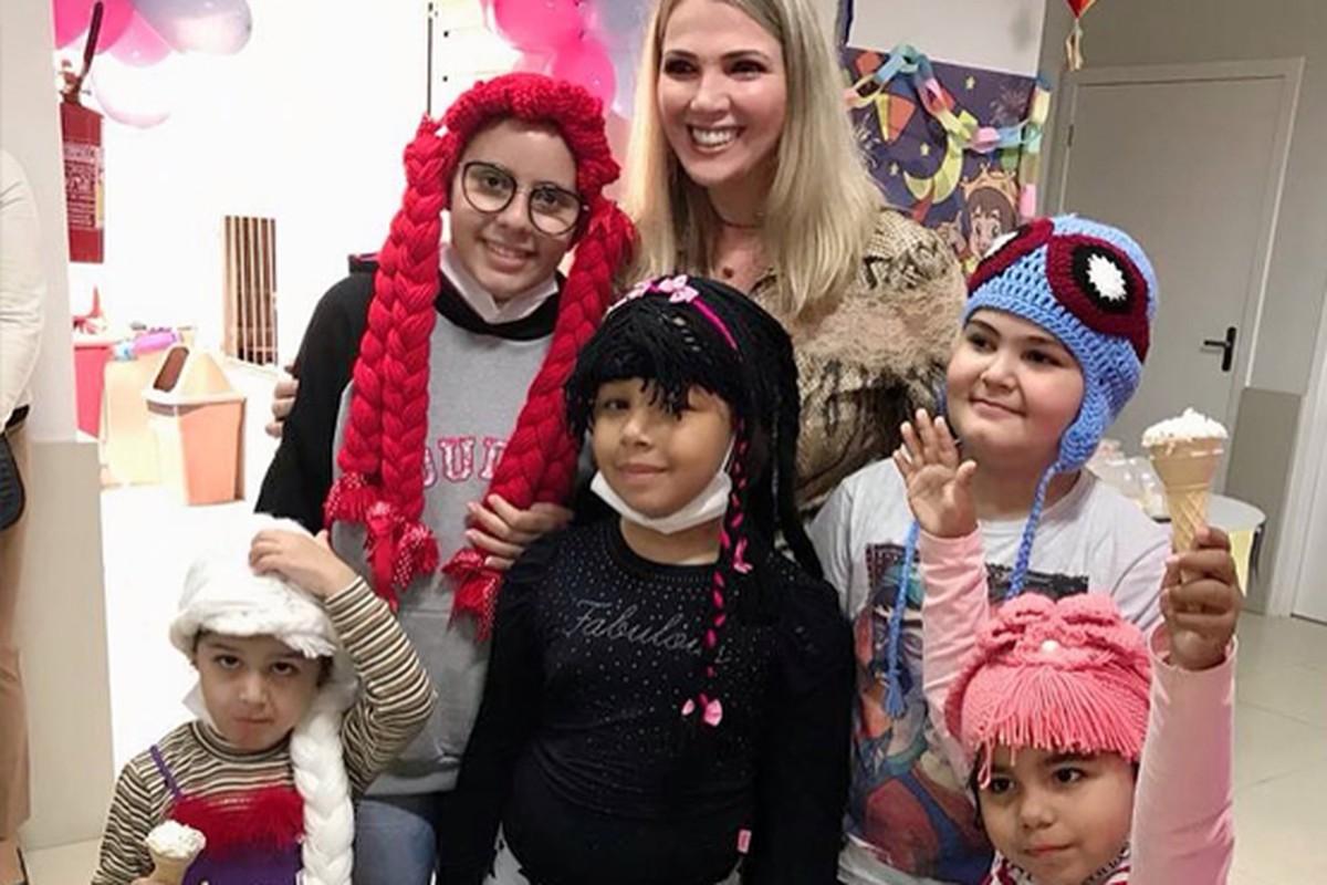 Presas fazem perucas inspiradas em personagens infantis para crianças e adolescentes com câncer em Criciúma