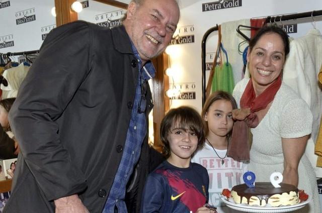 Paulo Cesar Grande e Claudia Mauro com os filhos (Foto: Cristina Granato)