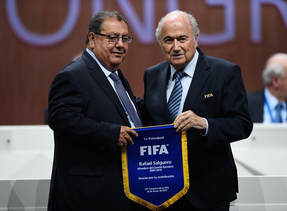 Rafael Salguero e Joseph Blatter em congresso da Fifa em maio de 2015 na Suíça ? Foto: Mike Hewitt - FIFA/FIFA via Getty Images