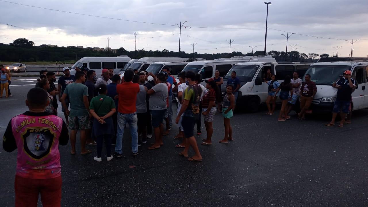 Trabalhadores de vans que fazem transporte alternativo ainda não regularizado protestam em Belém