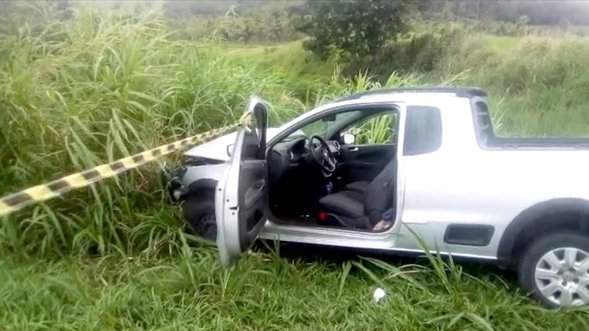 Motorista fica ferido após carro bater em poste na Via Lagos, em Araruama, no RJ