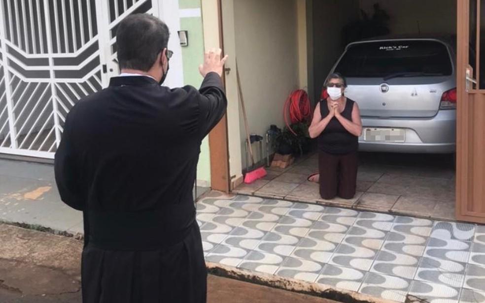 Padre caminha por ruas e abençoa moradores de casa em casa em Jacuí (MG) — Foto: Arquivo Pessoal