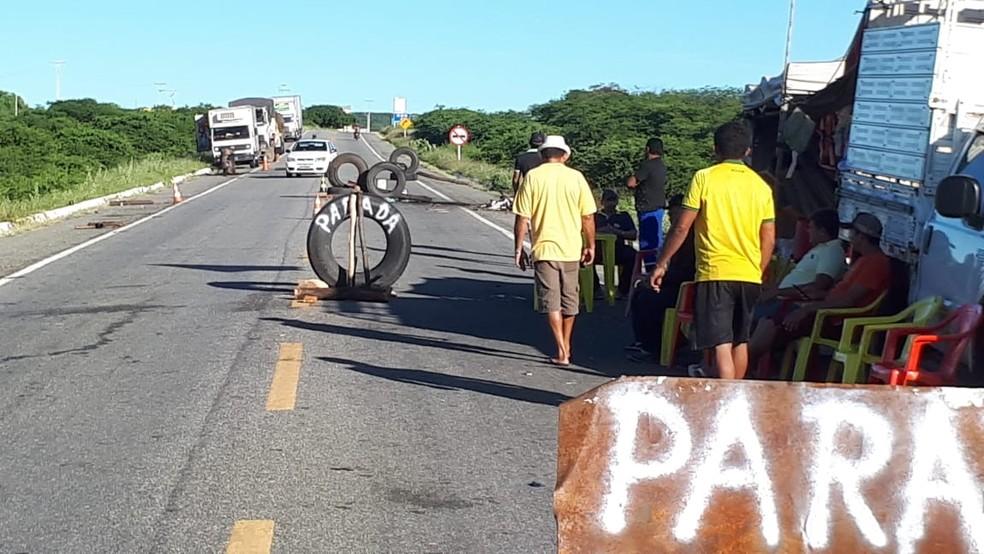 Na BR-427, em Caicó, o sábado já amanheceu com a rodovia parcialmente bloqueada (Foto: Sidney Silva)