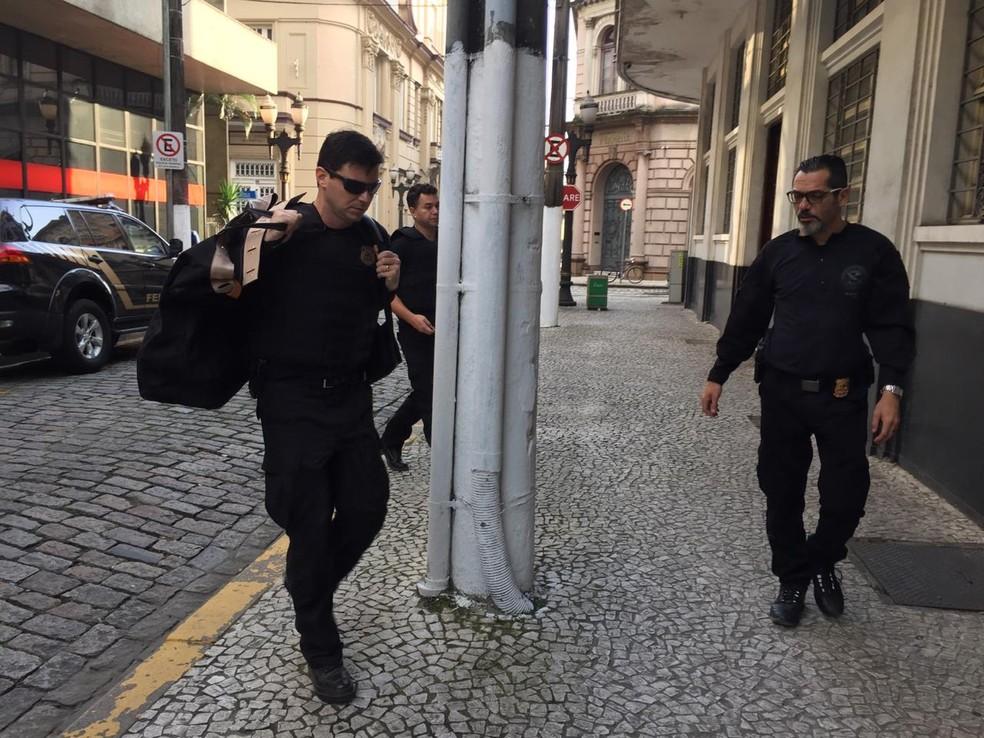 Policiais federais atuam em operação contra o tráfico de drogas em Santos, SP — Foto: Andressa Barboza/G1