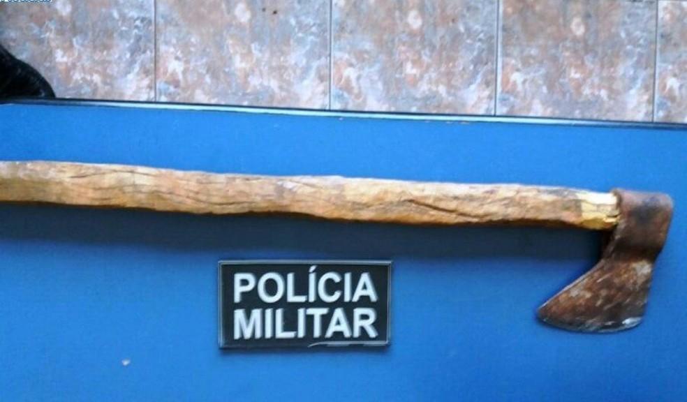 Machado usado para quebrar janelas da prefeitura de Nova Andradina (MS). (Foto: Prefeitura de Nova Andradina/Divulgação)