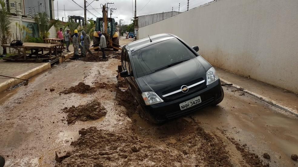 Veículo cai em cratera no bairro Planalto Vinhais 2 em São Luís  — Foto: Douglas Pinto/ TV Mirante