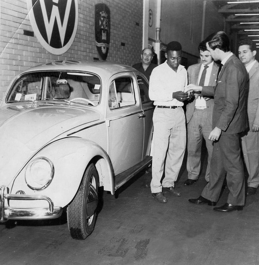 O primeiro carro de Pelé foi um Volkswagen Fusca (Acervo Pelé)
