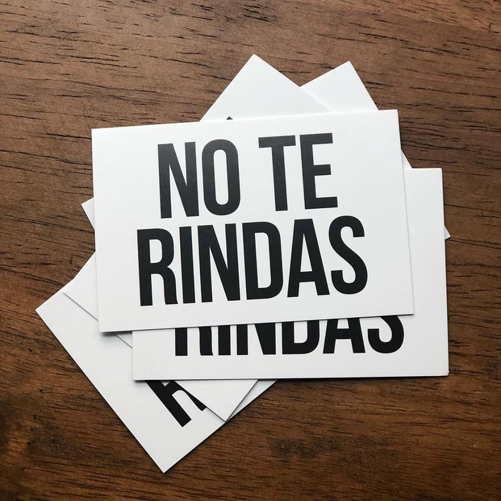 Não desista, em espanhol. As placas foram traduzidas para seis idiomas e distribuídas em mais de 26 países — Foto: Reprodução/Facebook