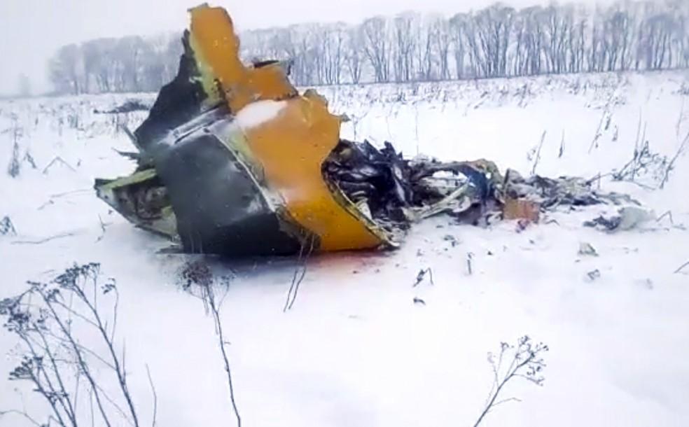 Destroço do avião da companhia aérea Saratov, que caiu próximo de Moscou (Foto: Reprodução/Live.ru/AP)