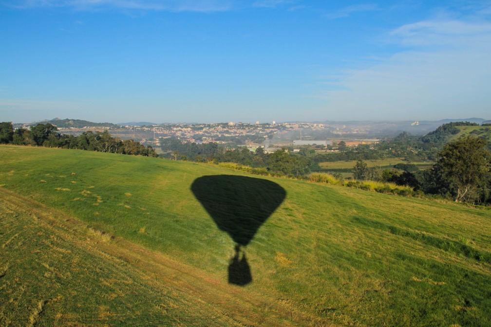 Pai e filho atraem turistas com voos de balão em Atibaia — Foto: Carlos Santos/G1