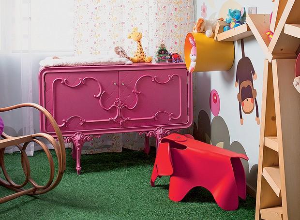 A cômoda antiga foi restaurada com pintura automotiva pink para o quarto da pequena Laura, de um ano e meio. Projeto do pai, o arquiteto Rodrigo Ângulo (Foto: Edu Castello/Casa e Jardim)