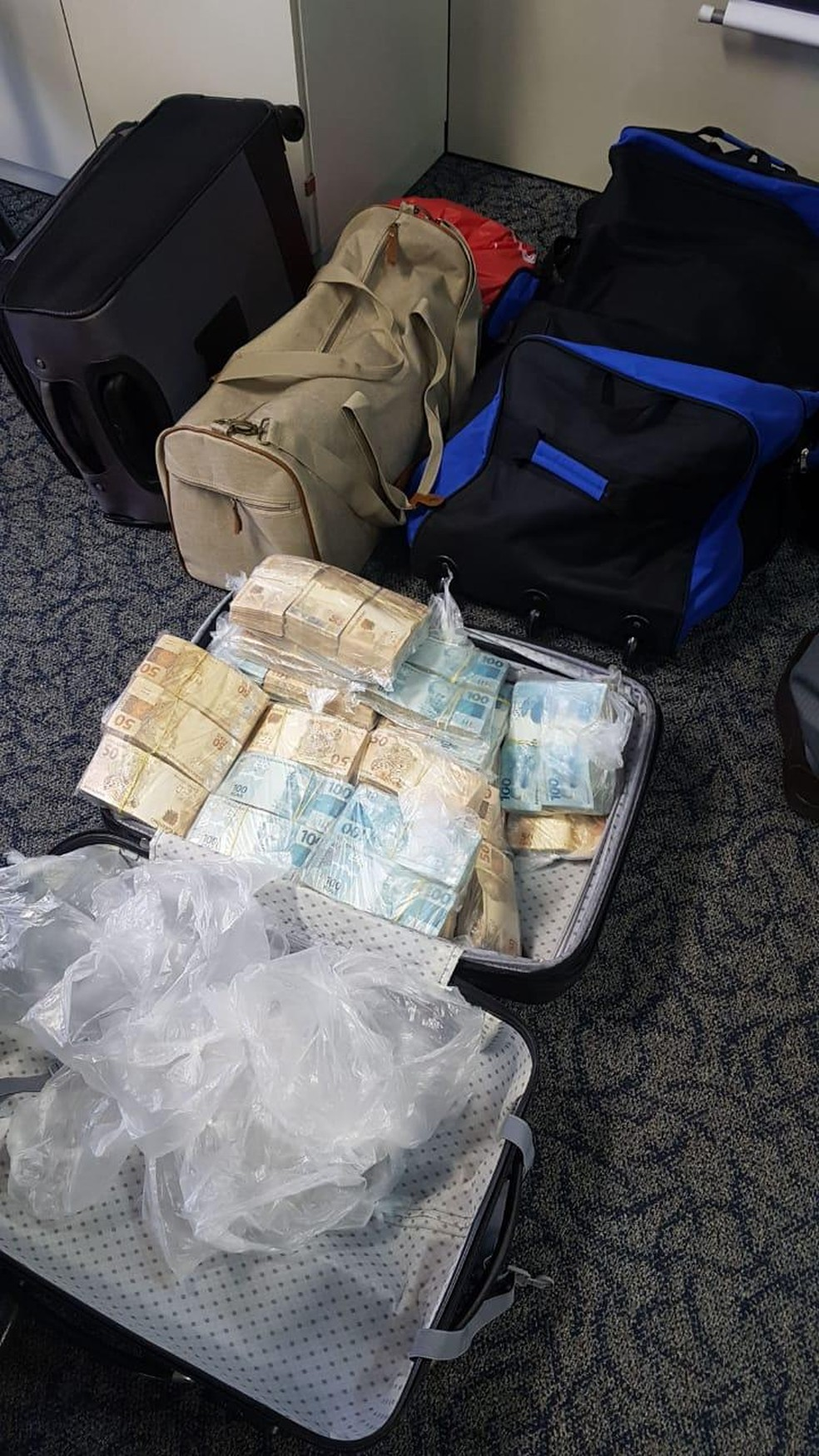 Dinheiro encontrado em casa de Edmar estava em mala, segundo o MP — Foto: Reprodução
