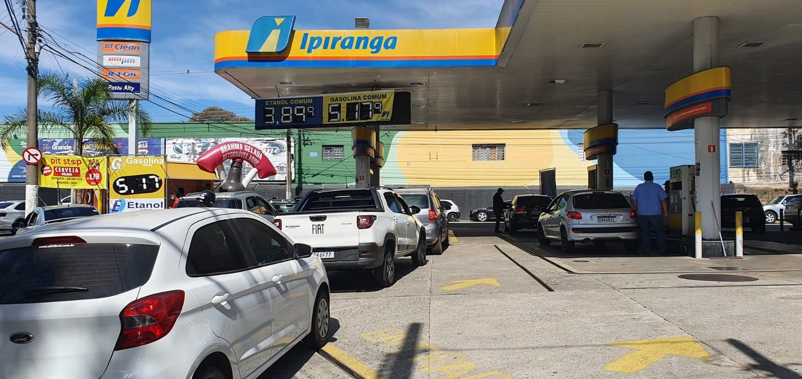 Gasolina a R$ 5,18 causa fila em posto de combustível de Taubaté