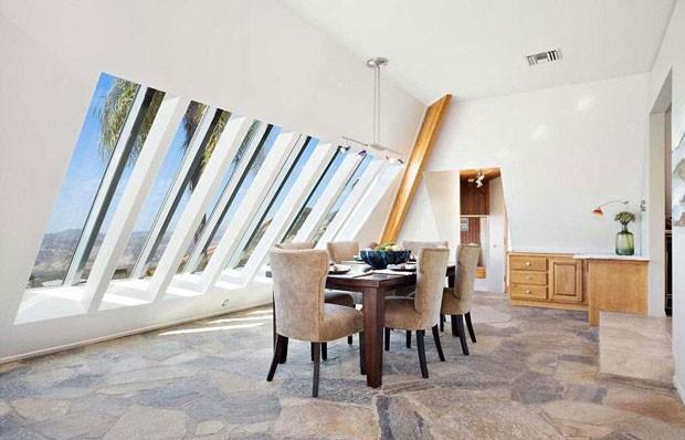 A casa em formato de pirâmide tem várias janelas.  (Foto: Coldwell Banker/ TNI Press)