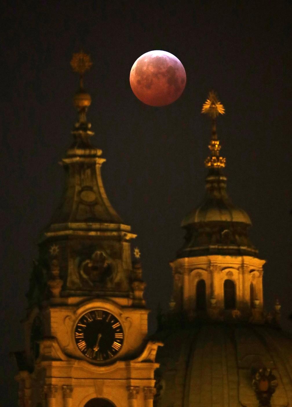 Superlua vista de Praga, na República Tcheca — Foto: Reuters