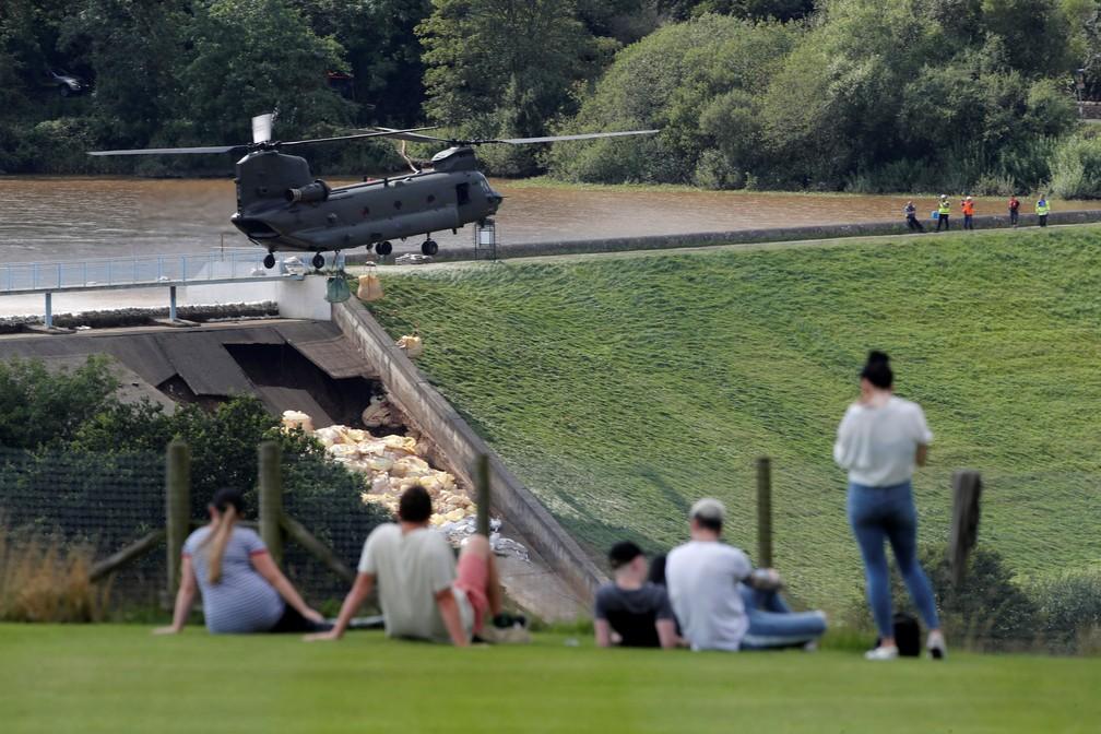 Pessoas observam trabalho de militares para evitar rompimento de represa em Whaley Bridge, na Inglaterra, nesta sexta-feira (2)   — Foto: Phil Noble/ Reuters