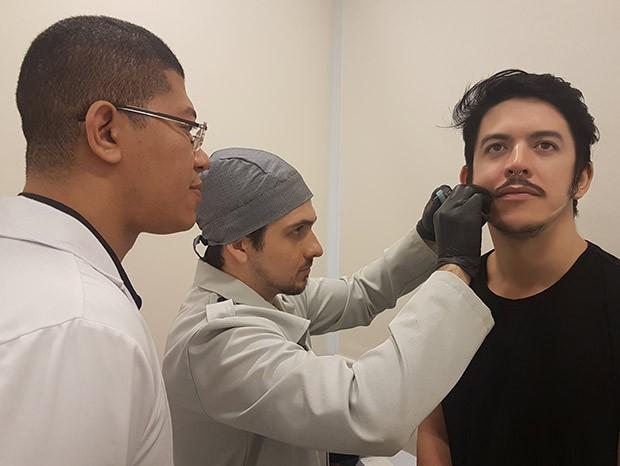 O médico Antonio Kleber e o cirurgião-dentista Diogo Brandão fazem a aplicação do ácido hialurônico (Foto: Marcela Arribet)