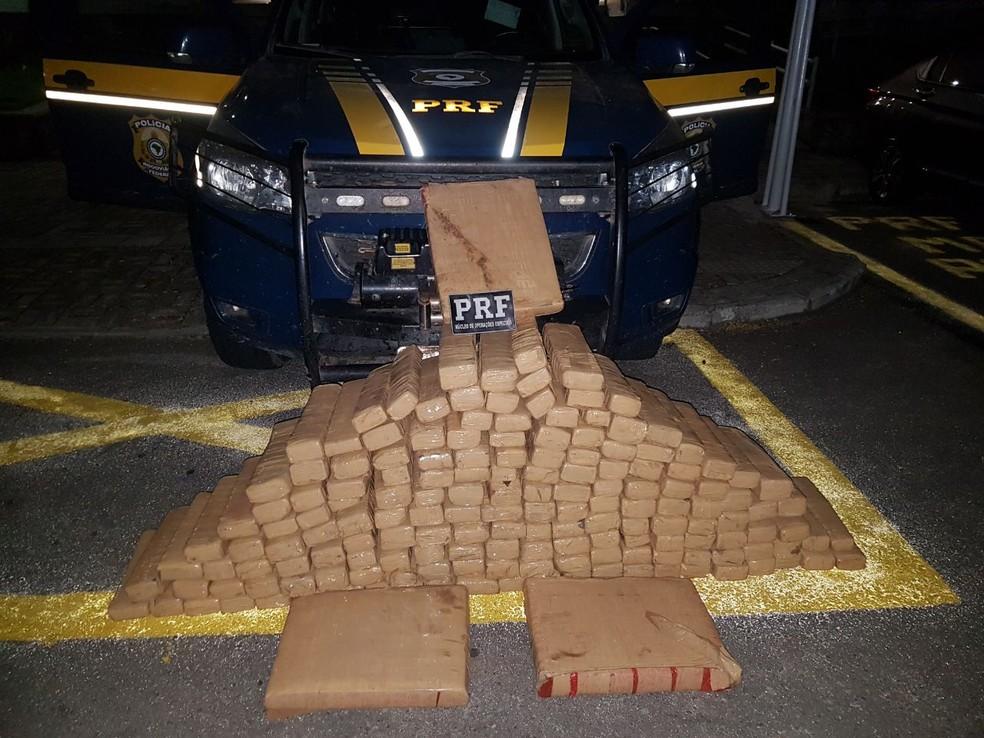 Droga apreendida pela PRF era transportada do Paraguai para Fortaleza.  (Foto: Divulgação/PRF)