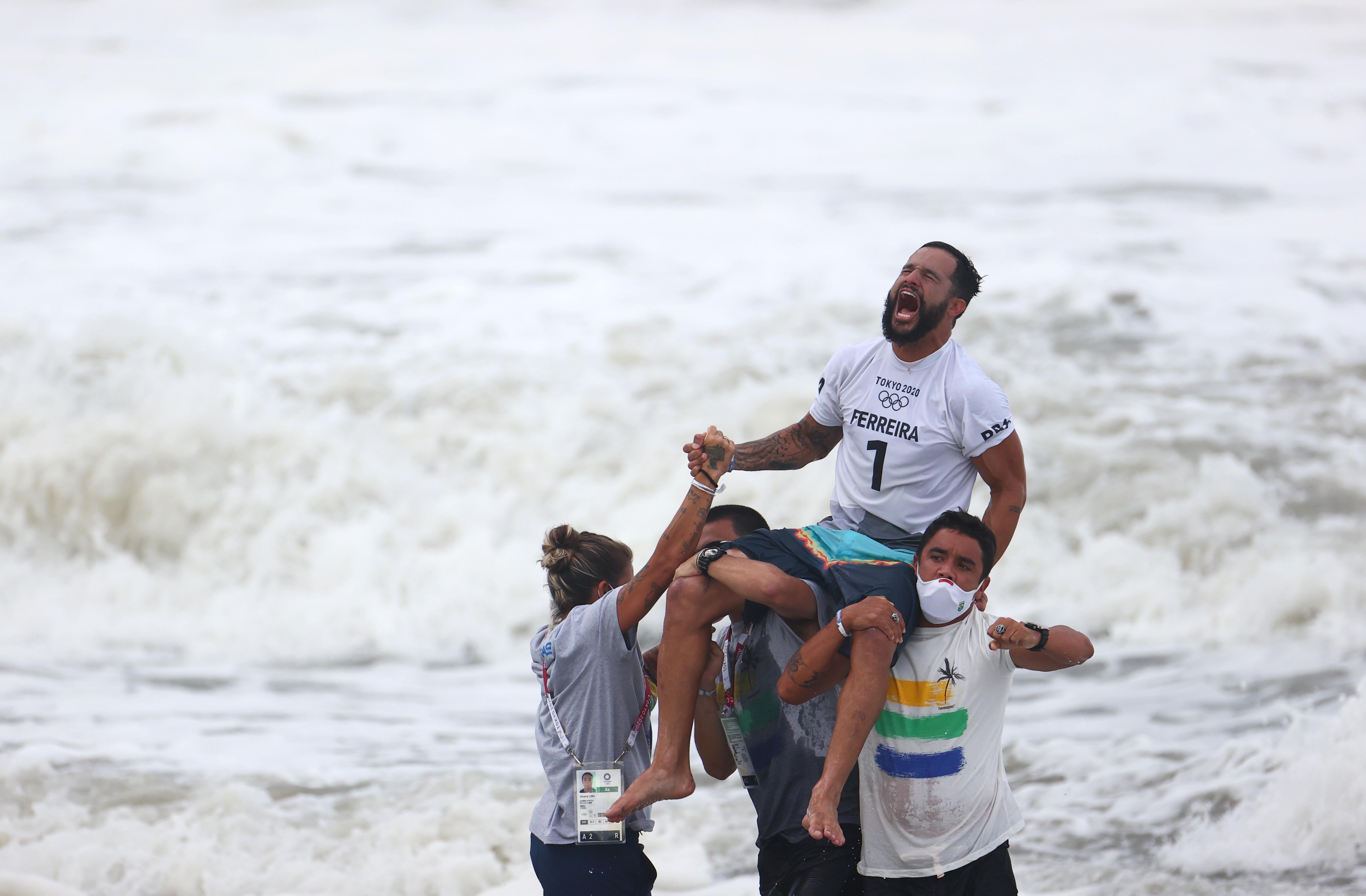 Do começo na tampa de isopor ao ouro olímpico: conheça a trajetória do surfista potiguar Ítalo Ferreira