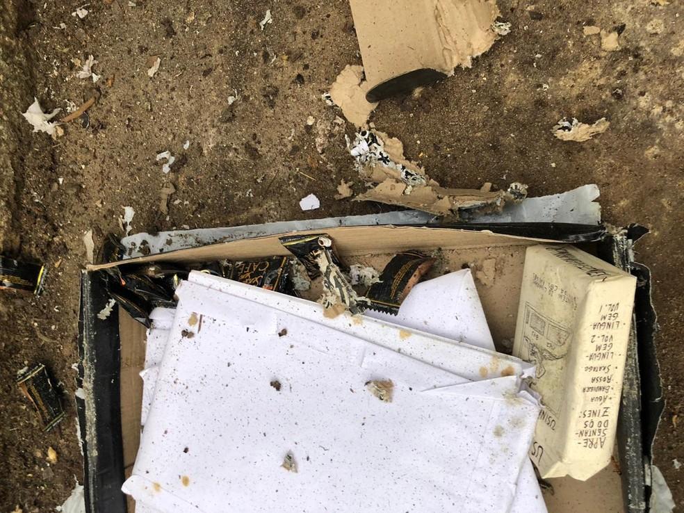 Pacote encontrado no Departamento de Artes da UFRN tinha balas de café e papeis — Foto: Assessoria de Imprensa/PF