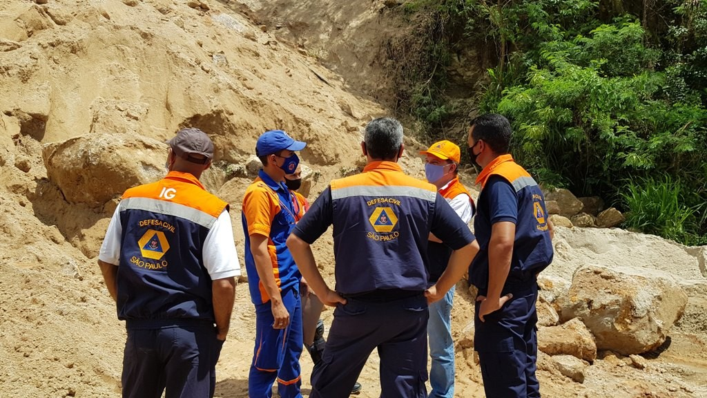 Após deslizamento de terra, Defesa Civil declara estado de alerta em área de morro em Caraguatatuba