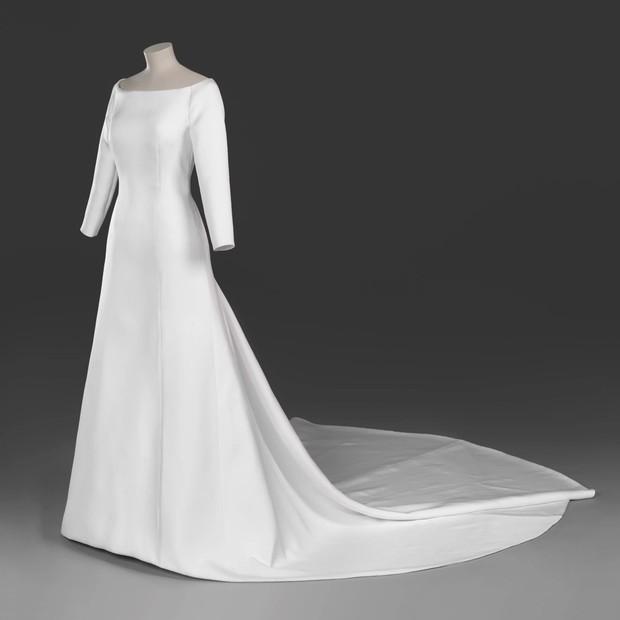 O vestido de noiva Givenchy usado por Meghan Markle em seu casamento (Foto: Divulgação/ Royal Collection Trust)