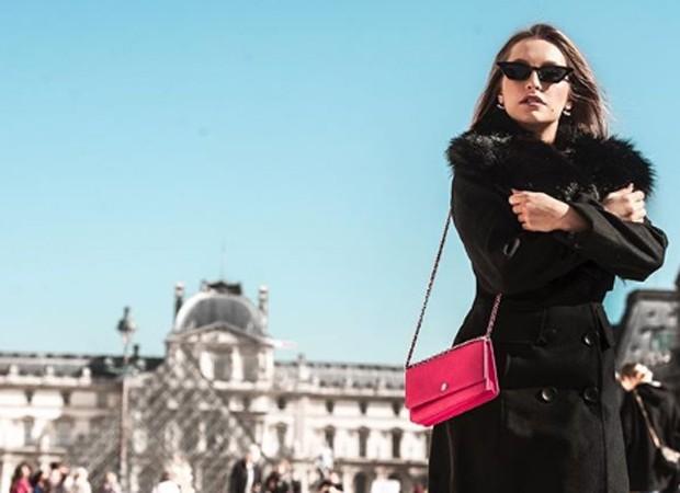 Carla Diaz em frente ao Museu do Louvre, em Paris (Foto: Reprodução/Instagram)