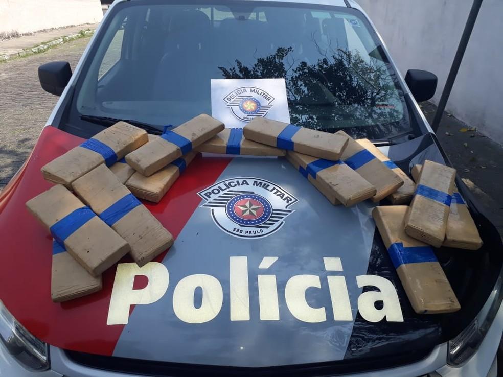 Droga foi encontrada enterrada — Foto: PM/Divulgação