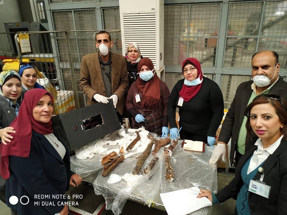 Os pedaços das múmias estavam escondidos em caixas de som (Foto: Ministry of Antiquities / Facebook)
