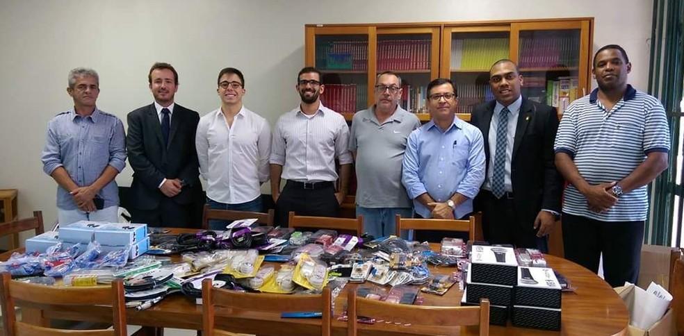 Membros da Alumni Direito doam equipamentos eletrônicos para a Universidade de Brasília (Foto: Arquivo pessoal)
