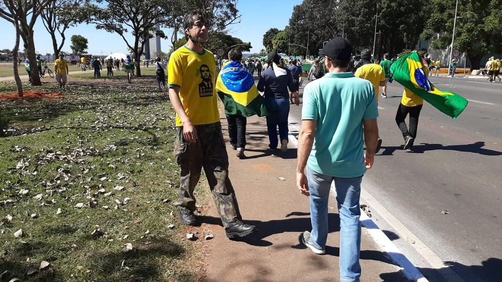 Apoiador do governo Bolsonaro não usando a máscara corretamente durante protesto em Brasília — Foto: Pedro Henrique Gomes/G1