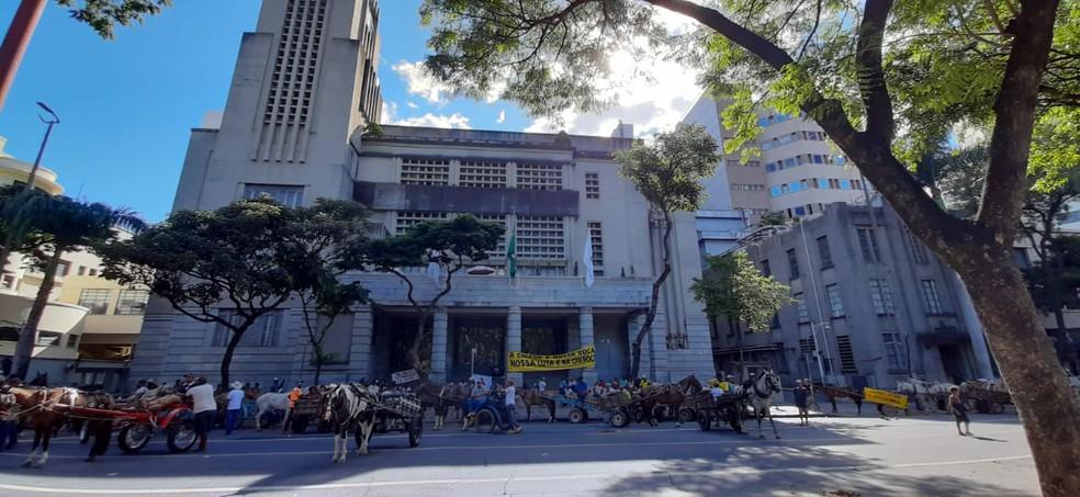 Carroceiros em frente à PBH, nesta terça-feira (19), no Centro da capital mineira  — Foto: Carlyle André/TV Globo
