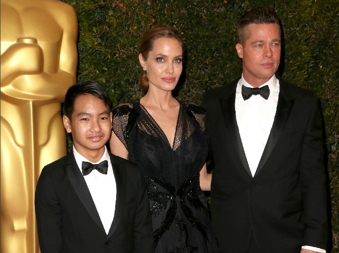 Brad Pitt e Angelina Jolie com o filho Maddox, em foto da época em que os dois artistas ainda estavam casados (Foto: Getty Images)